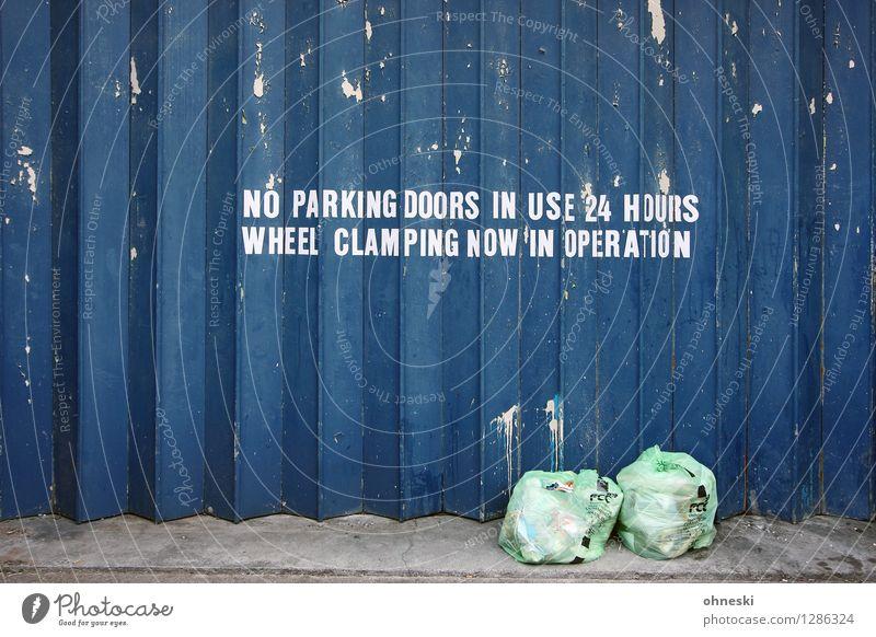 Müll Stadt blau Wand Mauer Fassade Ordnung Schriftzeichen Hinweisschild Tor Umweltverschmutzung Verbote Industrieanlage Warnschild Müllabfuhr Müllsack