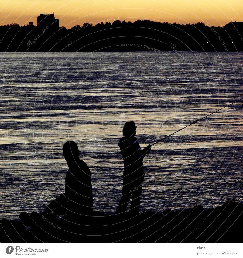 Entschleunigung Himmel Mann Wasser schön Erholung Küste Wellen Freizeit & Hobby nass maskulin Fisch Fluss genießen Abenddämmerung Bach Düsseldorf
