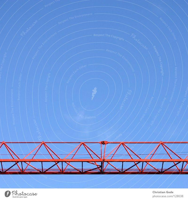 Quer durchs Bild Kran Baustelle rot Neubau Bauarbeiter Lastwagen Arbeit & Erwerbstätigkeit Hochhaus Stahl streben Draht Wolken Handwerk Himmel blau bauen Museum