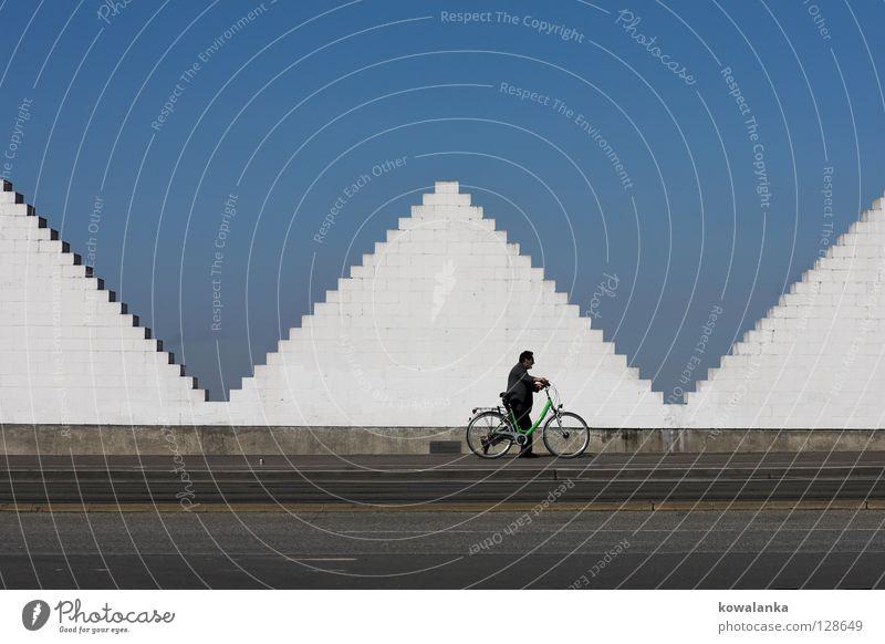 3 für 1 Dreieck Fahrrad Spaziergang Mann weiß gehen Denken schieben Geometrie Symmetrie Einsamkeit modern Kunst Kunsthandwerk Langeweile Pyramide Kontrast