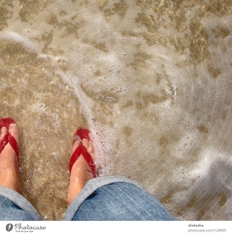 Tretbecken Flipflops rot Meer Wellen Schaum Strand Physik Sommer Zehen nass Wasser Jeanshose Fuß Beine Sand Wärme