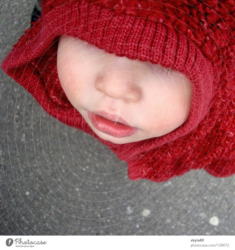 Rotkäppchen Kind Mädchen rot Winter Gesicht kalt Mund Nase Wetter Beton süß Asphalt Jacke verstecken Kleinkind Märchen