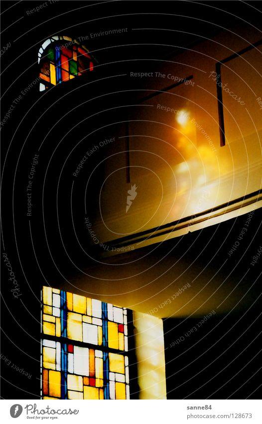 Der Heilige Geist I Fenster Kirchenfenster Licht mehrfarbig Glasscheibe Reflexion & Spiegelung Frankreich Elsass Dorfkirche dunkel Lichtspiel Gotteshäuser