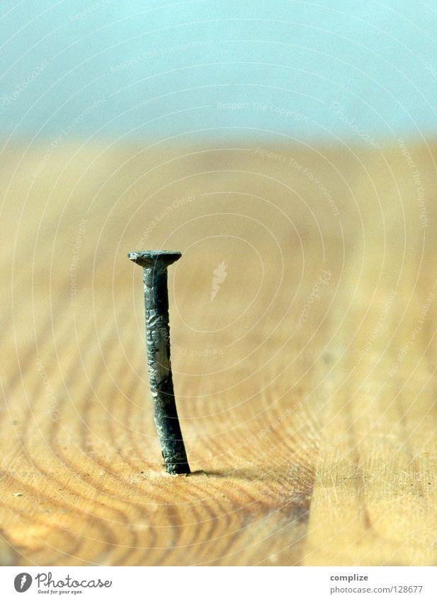 Schon wieder Kopfschmerzen Metall gold verrückt Industrie Baustelle stark machen Handwerk Loch Holzbrett bauen Werkzeug Eisen Spirale Nagel Handwerker