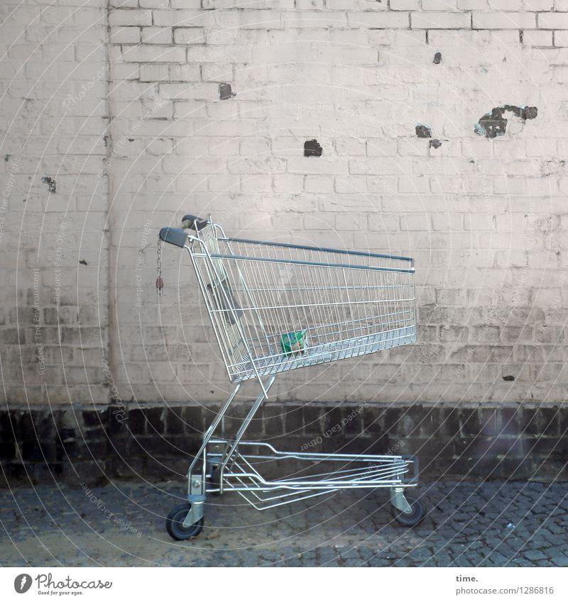 Fehl am Platz | unplugged Stadt Einsamkeit dunkel Wand Straße Wege & Pfade Mauer Stein Metall dreckig trist Verkehr stehen Vergänglichkeit kaufen kaputt