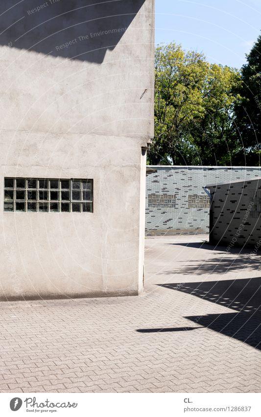 hinterhof Wolkenloser Himmel Schönes Wetter Baum Menschenleer Haus Platz Gebäude Architektur Garage Mauer Wand Fenster eckig trist blau grau grün komplex