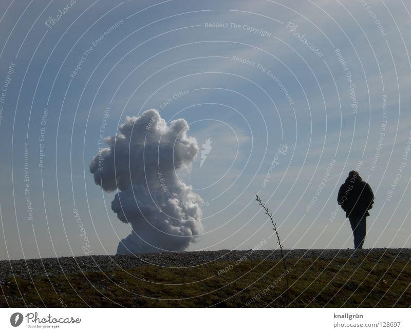 Sonntags allein Halde Rauch Wasserdampf Wolken Mann Einsamkeit gehen grün weiß Wiese Gras Pflanze Stengel Himmel Berge u. Gebirge Industriefotografie
