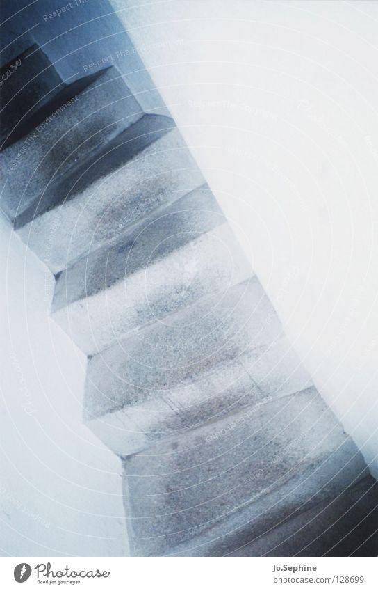 claustrophobia weiß Wand oben Mauer Treppe trist bedrohlich eng Gasse steil Gang schmal beängstigend