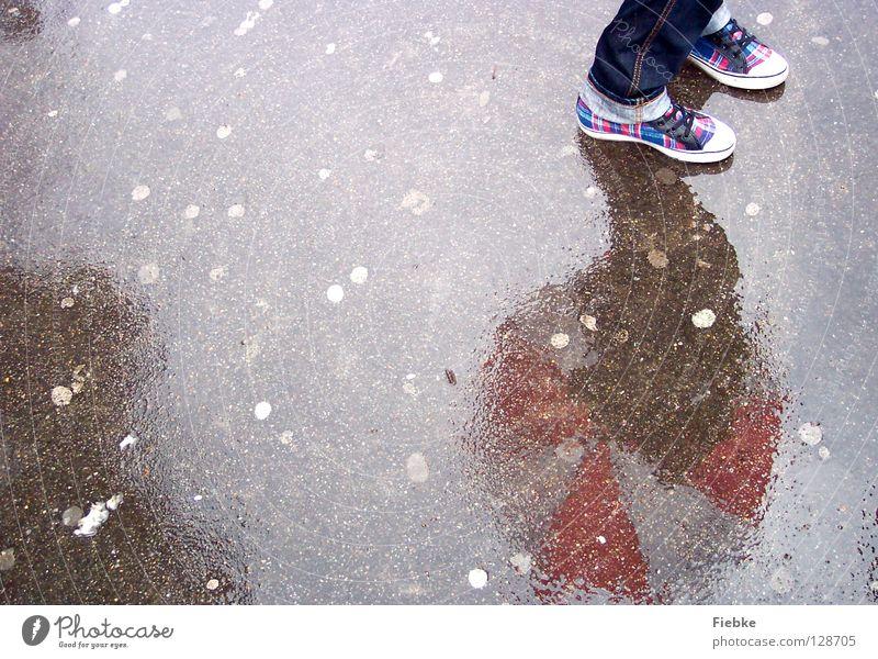 Warten auf den Frühling Jugendliche blau Wasser weiß rot kalt grau Fuß Regen Wetter Schuhe warten nass Suche Bodenbelag Jeanshose