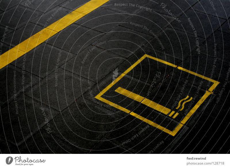 Rauchzeichen Asphalt Teer gelb schwarz Schilder & Markierungen Symbole & Metaphern Bahnhof gefährlich Hinweisschild Zeichen Rauchen