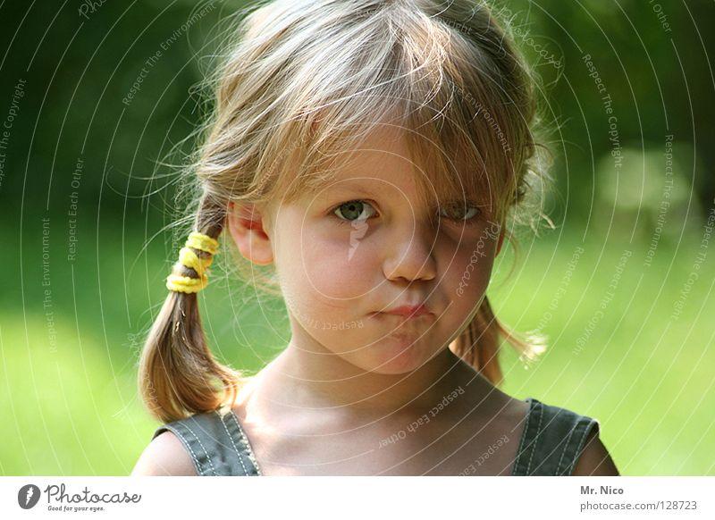 Ute Schnute Mädchen schön blond langhaarig niedlich Gesichtsausdruck Zopf unschuldig grün Träger zerzaust Blick schmollen Schmollmund kaputt beleidigt Kind
