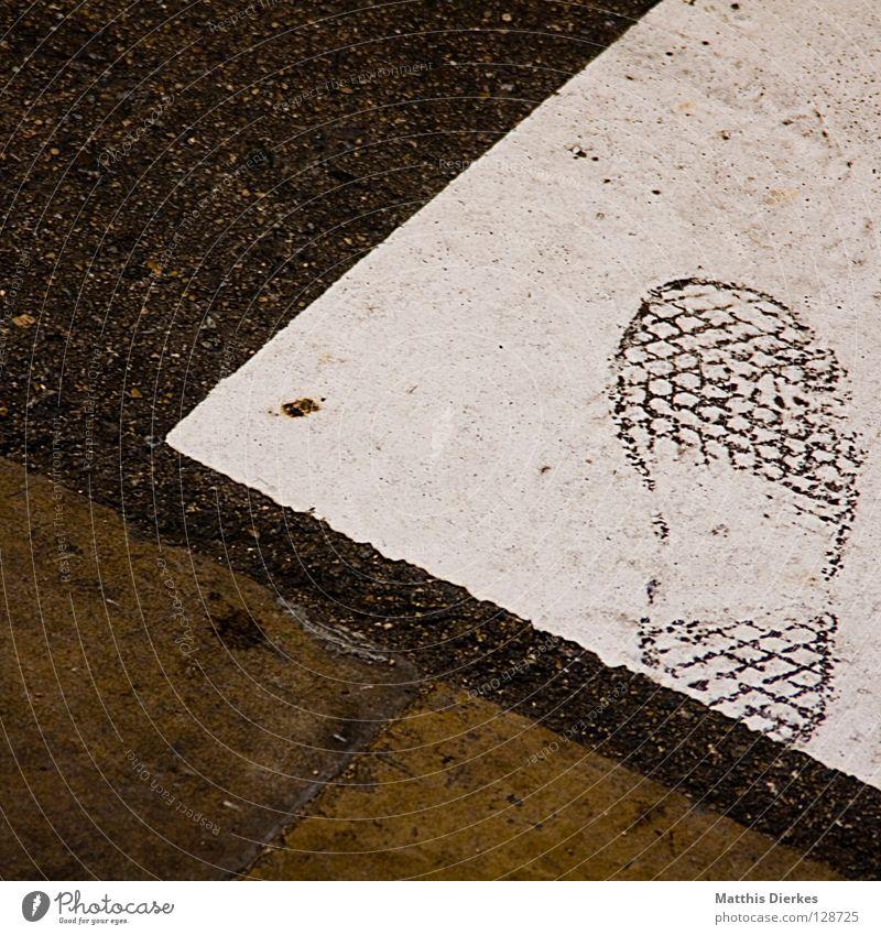 Identität Straße Fuß Schuhe Angst warten gefährlich Fußspur Verkehrswege Amerika Panik Vorsicht Barcelona Gips Spuren Überwachung