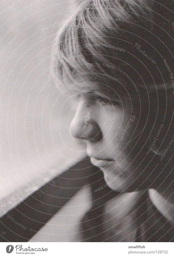Fensterblick Trauer Schwarzweißfoto Traurigkeit Blick Gesicht Scheune Seite Haare & Frisuren