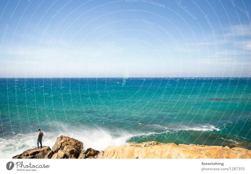der Mann am Meer Mensch Himmel Natur Ferien & Urlaub & Reisen Jugendliche blau Sommer Wasser weiß Landschaft Ferne 18-30 Jahre Erwachsene Umwelt Küste