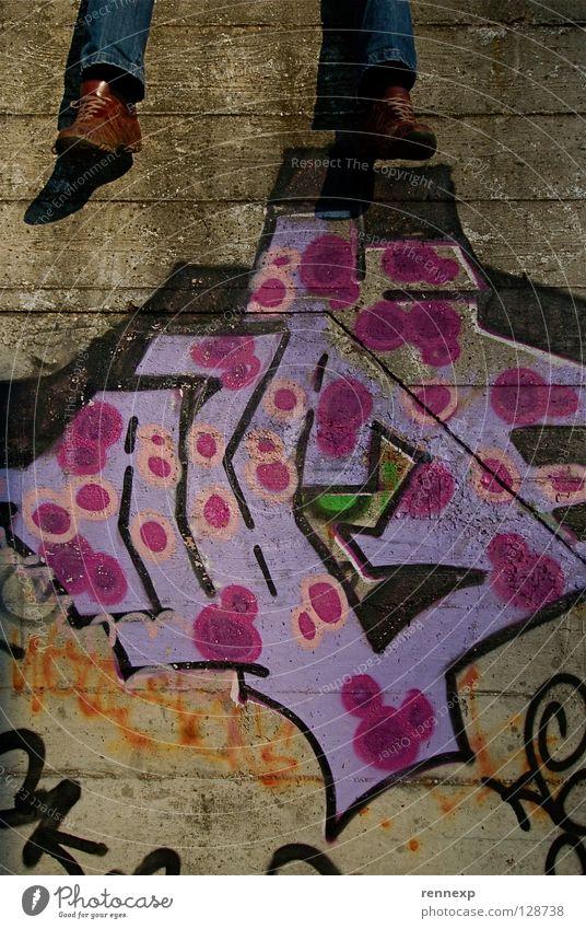 Humpty Dumpty´s Beine Mann ruhig Erholung Graffiti Wand oben Fuß Kunst Zufriedenheit Schuhe Beton Pause streichen Jeanshose Punkt