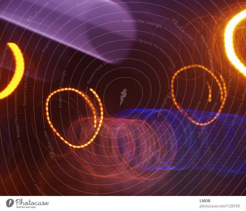 Lichtspiralen chaotisch Streifen Spirale Nacht Neonlicht Werbung Leuchtspur Langzeitbelichtung Abend dunkel mehrfarbig gelb violett rot schwarz Nachtaufnahme