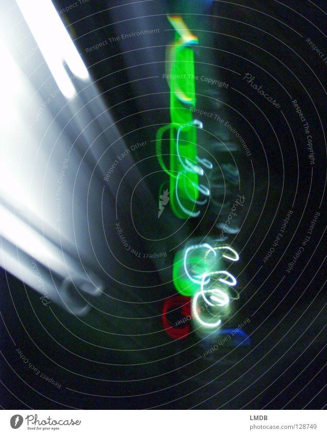 gruen chaotisch Licht Streifen Spirale Nacht Neonlicht Werbung Leuchtspur Langzeitbelichtung Abend dunkel mehrfarbig gelb violett rot schwarz Nachtaufnahme