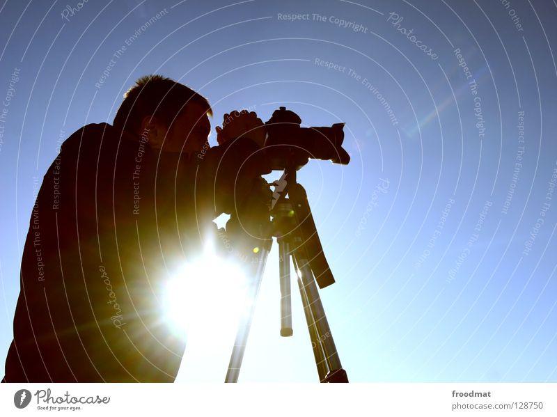 Lichtfang Gegenlicht Stativ Fotograf Fotokamera Fotografieren Konzentration Suche Spiegelreflexkamera Digitalkamera Sonnenblende blenden Sucher Winter Mann