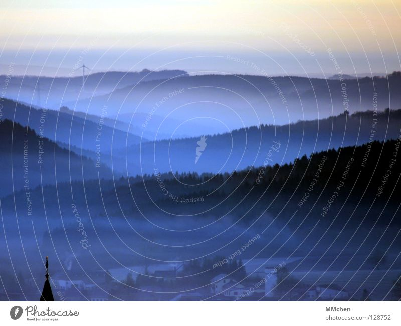 Blauer Dunst Dorf Kirchturm Kirchturmspitze Turmspitze Licht Schall Kirchenglocke Glocke Nebel Baum Sträucher Nebelbank dunkel weiß Morgennebel Durchblick Tau