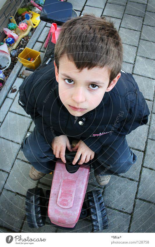 was guckst du? Kind Junge Traurigkeit klein Perspektive Trauer süß Spielzeug ernst Traktor