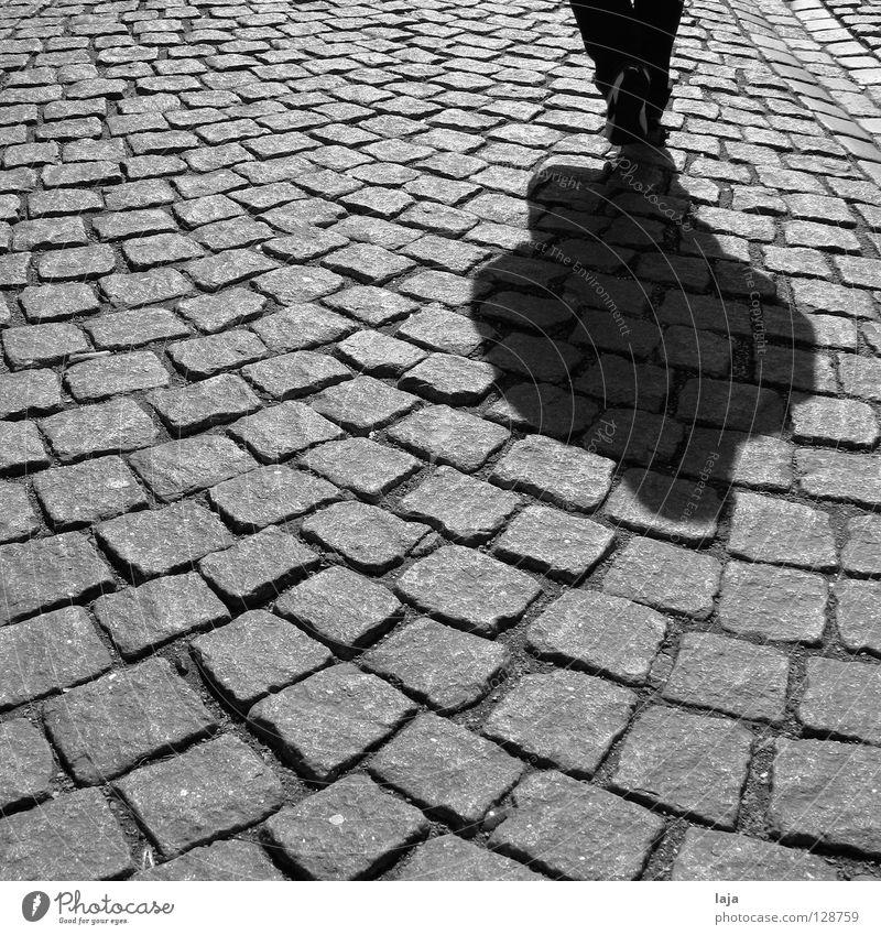 Hartes Pflaster Kopfsteinpflaster Mensch Schuhe laufen Schatten Stein Straße Schwarzweißfoto Marburg Spaziergang historisch Verkehrswege Konstrast Stadtbummel
