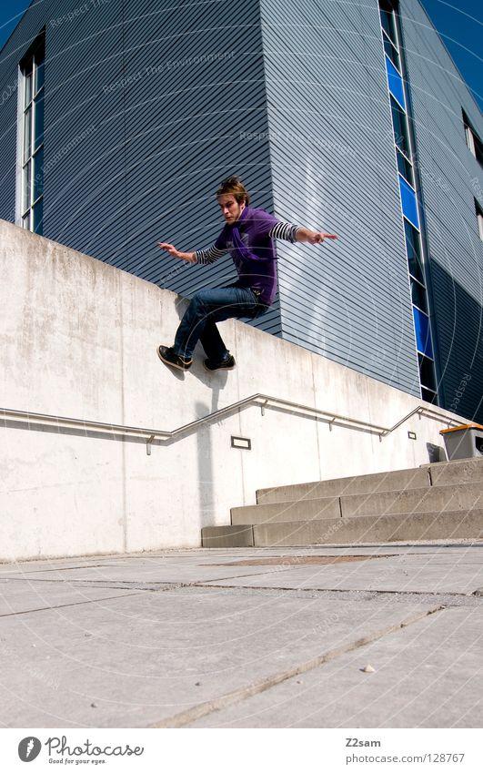 wallride gehen Wand violett Zufriedenheit Geschwindigkeit Licht Schwerkraft Mann maskulin Stil lässig Mauer Wallride Mensch laufen Jeanshose Treppe blau