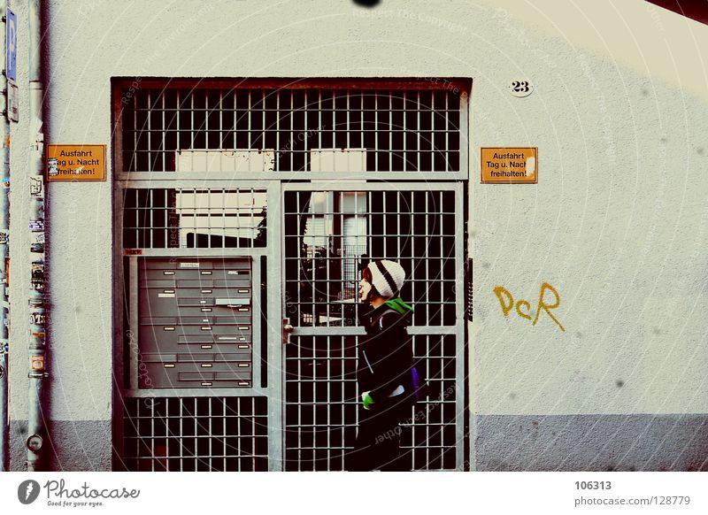 THE GIRL NEXT DOOR Frau Dresden Neustadt Streetlife Mütze gehen Gitter Einfahrt 23 kalt Winter Kaugummi Ernährung Kaugummiblase Wand Graffiti Etikett
