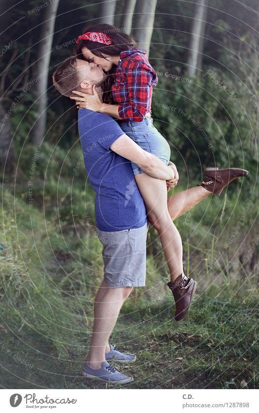 Maike & Patrick II Junge Frau Jugendliche Junger Mann Paar 18-30 Jahre Erwachsene Gras Sträucher Wald Hemd Hose brünett blond kurzhaarig langhaarig Küssen Liebe