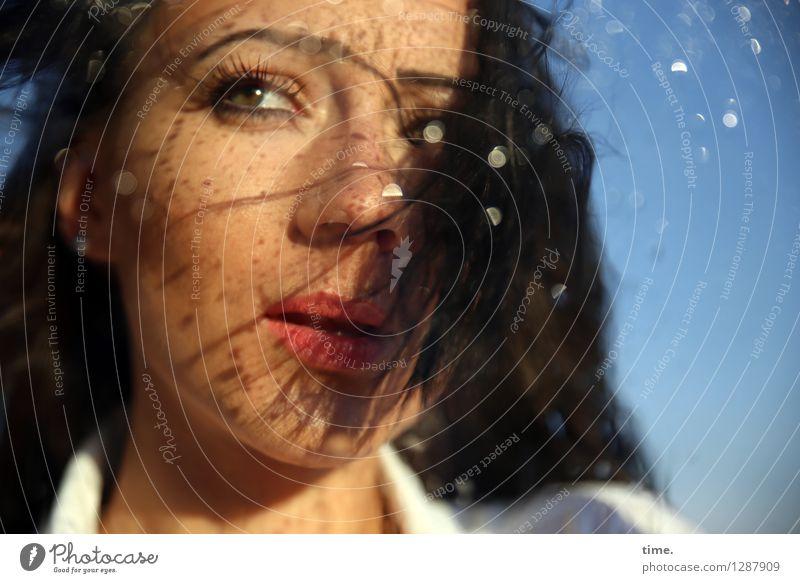 Nastya feminin Frau Erwachsene 1 Mensch Wassertropfen Sommer Schönes Wetter Hemd schwarzhaarig langhaarig rennen beobachten Bewegung drehen Blick schön