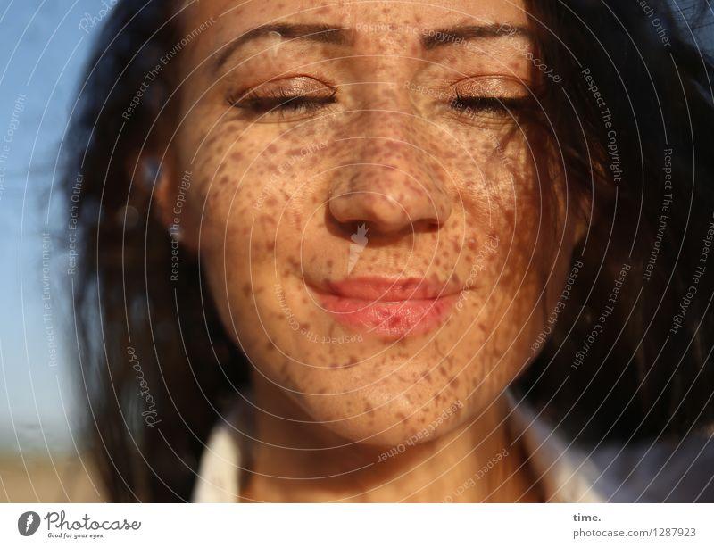 . Mensch Frau schön Erholung Erwachsene Leben Gefühle feminin Zeit außergewöhnlich träumen Zufriedenheit Wassertropfen Lächeln genießen Lebensfreude