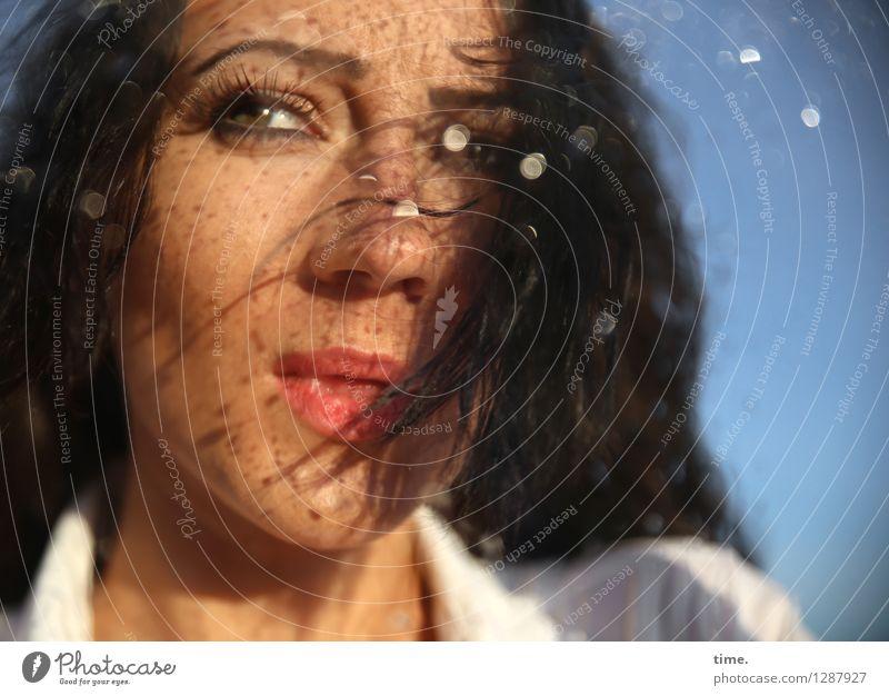 . Mensch Frau schön Erwachsene feminin Denken wild Wassertropfen Schönes Wetter beobachten Neugier Sehnsucht Fernweh Mut Stress Wachsamkeit
