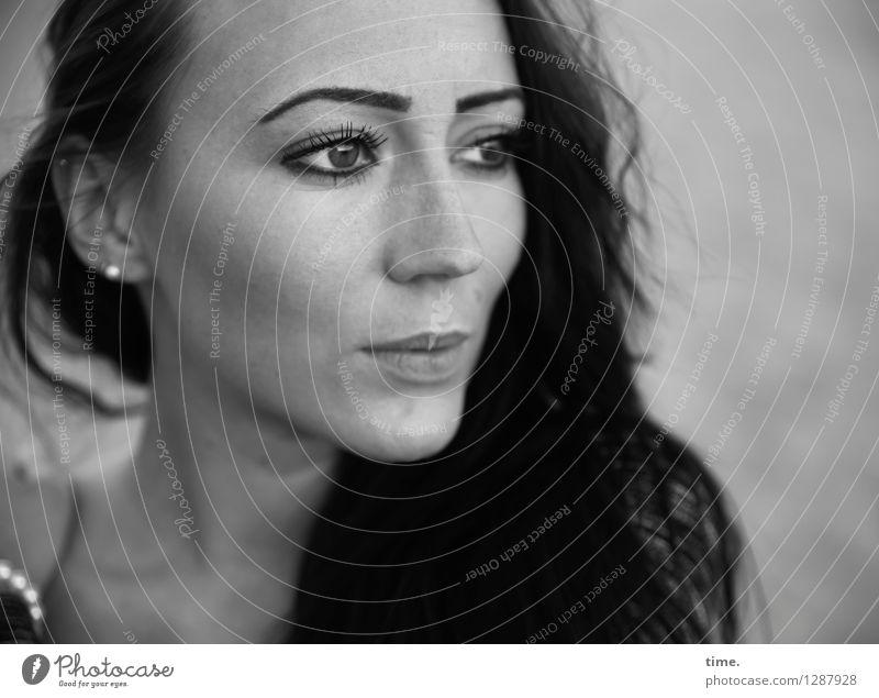 Nastya feminin Frau Erwachsene 1 Mensch Schmuck Ohrringe schwarzhaarig langhaarig beobachten Denken Blick warten ästhetisch schön selbstbewußt Willensstärke Mut