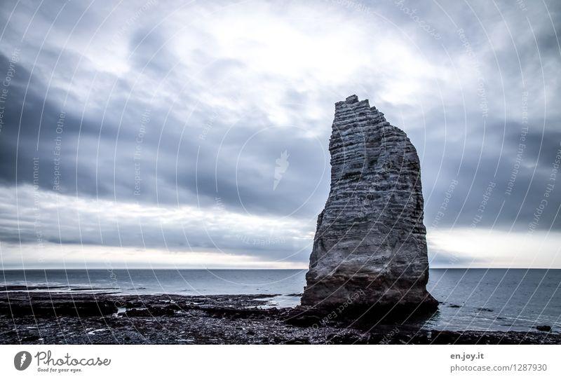 Der Fels Himmel Natur Ferien & Urlaub & Reisen blau Meer Einsamkeit Landschaft Wolken Ferne Umwelt Küste Freiheit Felsen Horizont Kraft Klima