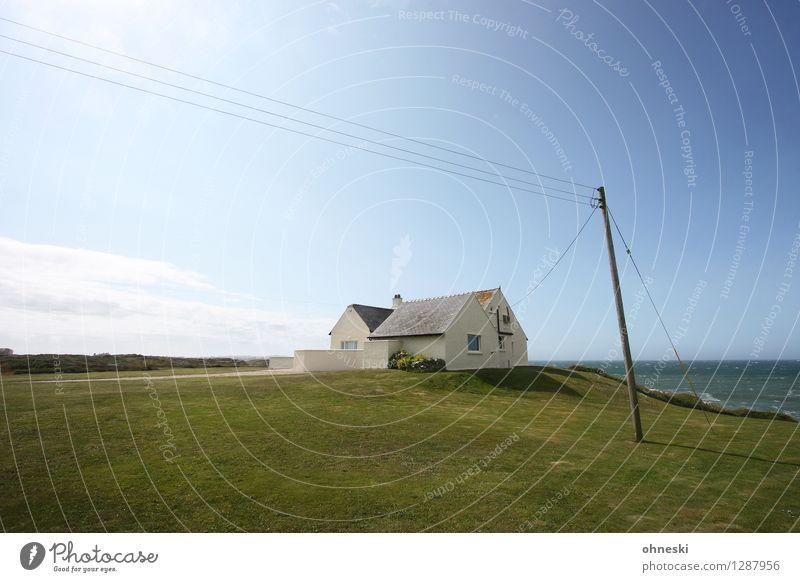 Strandhaus Wohnung Schönes Wetter Wiese Küste Meer Wales Menschenleer Haus Einfamilienhaus Traumhaus Architektur Strommast Einsamkeit Idylle Häusliches Leben
