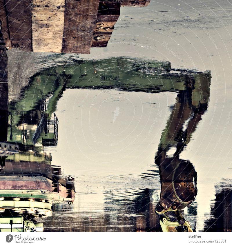 WER BAGGERT DA SO SPÄT NOCH AM BAGGERLOCH? Bagger Baggerfahrer Kran heben Reflexion & Spiegelung Greifer Baustelle Bauarbeiter Kranfahrer Maschine Präzision