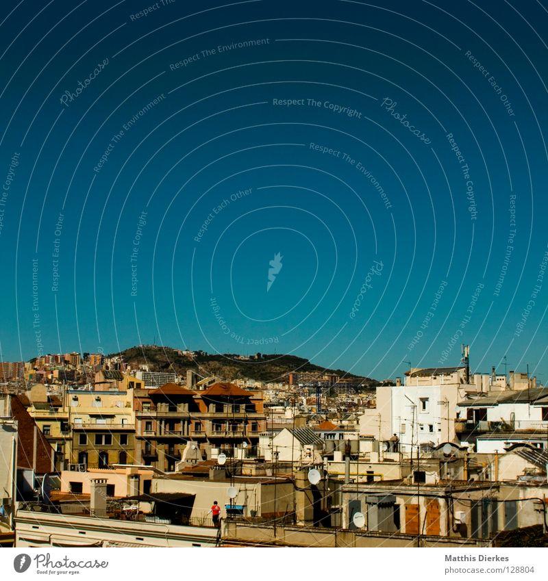 Penthouse Barcelona Stadt Spanien Dach Haus Altbau Balkon Fenster Ecke Erker retro Ferne Fassade Antenne Satellit Satellitenantenne Mittag Nachmittag Siesta