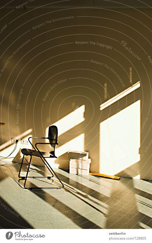 Resteverwertung Raum Wand Fenster Fensterkreuz Licht Muster Verschlagwortungsunlust Dienstleistungsgewerbe Detailaufnahme Häusliches Leben Stuhl Büro Bürostuhl