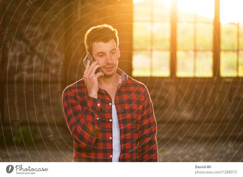 Fehl am Platz | kein Empfang Mensch Jugendliche Mann Sommer Sonne Junger Mann 18-30 Jahre Erwachsene Leben sprechen Lifestyle Freundschaft maskulin