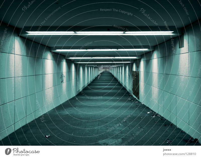 Untergrund Ausgang Stadt Einsamkeit grün kalt lang Licht Menschenleer Neonlicht Spray Tagger sprühen U-Bahn Unendlichkeit unfreundlich unpersönlich unten Tunnel