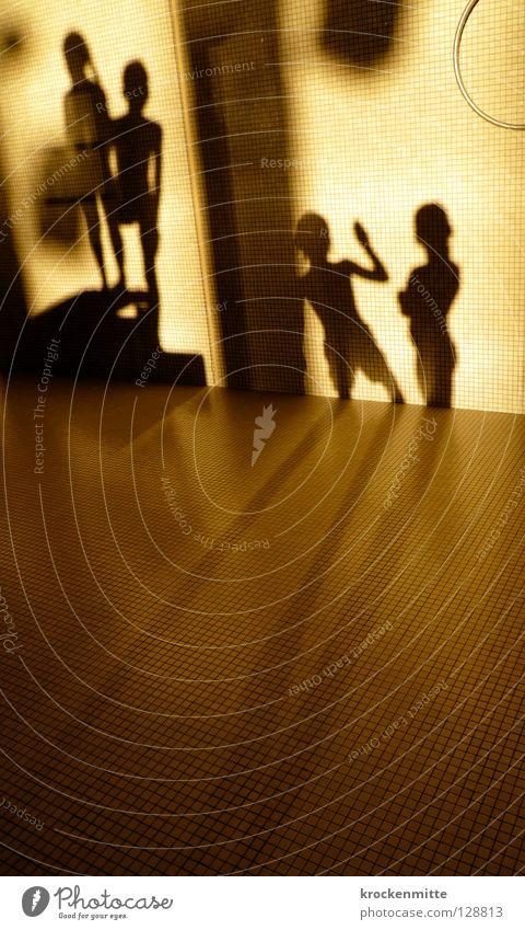 Schattentheater Mensch Freude Spielen warten stehen Schwimmbad Bodenplatten Abendsonne Turmspringen
