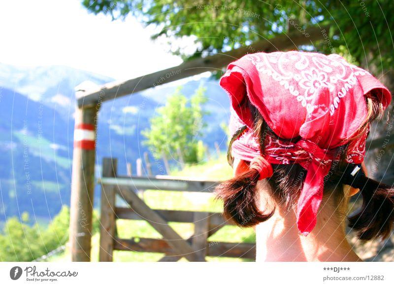 Schranke öffne dich! Frau Baum grün rot Gras Berge u. Gebirge Holz Haare & Frisuren Kopf wandern Wegweiser Zopf Kopftuch
