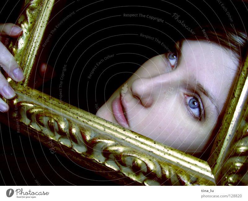 ... Hand schwarz Finger Durchblick Ornament Märchen Spiegel Aussicht Gefühle Gesicht face Rahmen gold Blick blaue Augen Goldrahmen frame aus dem Rahmen fallen