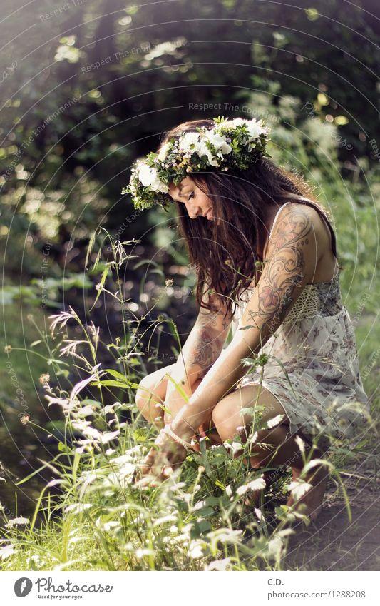 Maike Kind Natur Jugendliche grün schön weiß Junge Frau Blume Wald Gras Glück Idylle 13-18 Jahre Sträucher Fröhlichkeit Schönes Wetter