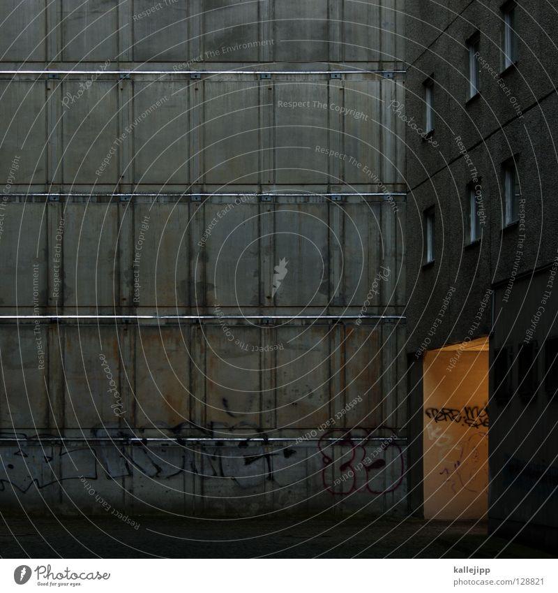 lichthof Haus Hinterhof Beton trist elend Trauer Hoffnung Frustration Sozialer Brennpunkt Lichthof Schacht Mieter Hochhaus Plattenbau Sonnenlicht Fenster