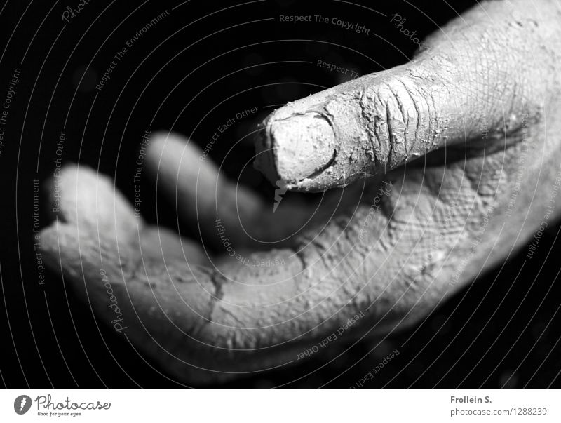 give & take Mensch Hand dreckig offen leer Haut Finger berühren stoppen Hautfalten greifen geben Staub nehmen staubig anbieten