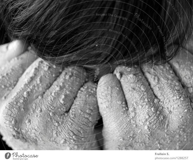 Haut und Haar Mensch maskulin Mann Erwachsene Haare & Frisuren Hand Finger Faust 1 18-30 Jahre Jugendliche Lehm Ton Riss Hautfalten Krümel Traurigkeit weinen