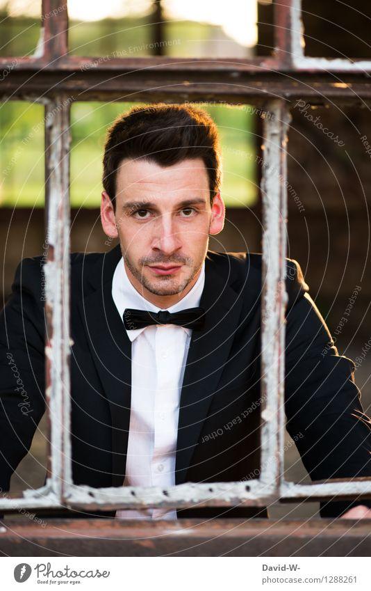 aufrichtig Mensch Jugendliche Mann schön Junger Mann Fenster Erwachsene Leben Feste & Feiern Business maskulin elegant warten Freundlichkeit Hochzeit Model