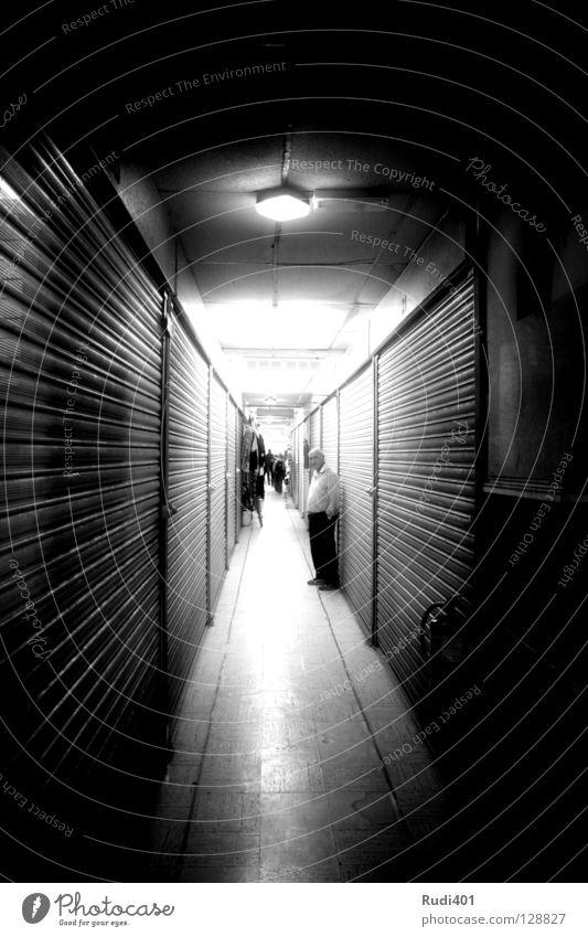 geschlossen Durchgang schwarz weiß London lang schmal eng Schwarzweißfoto packham tunnenblick