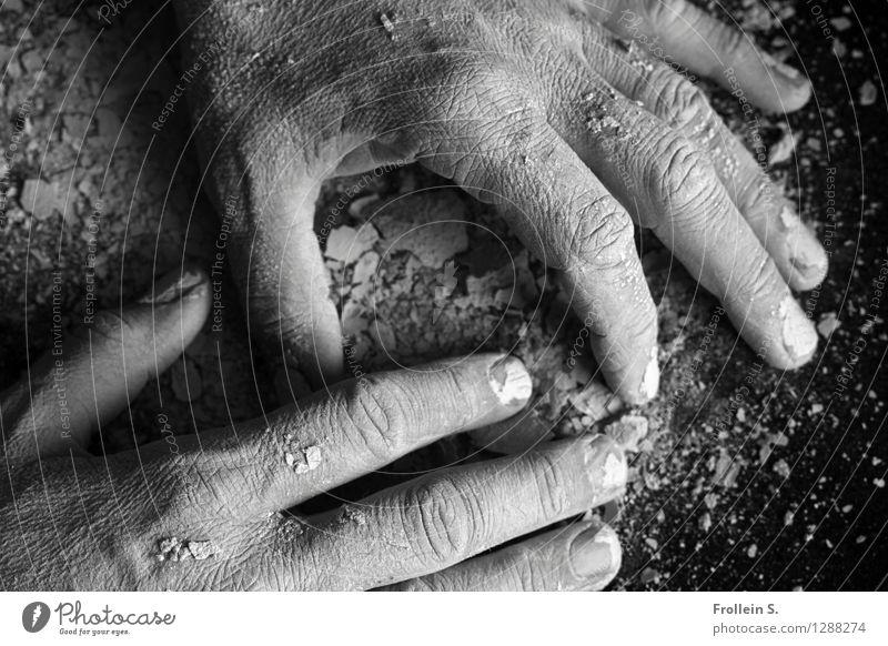 Fingerspiel Mensch Hand maskulin authentisch Haut berühren trocken Staub Ton Krümel dehydrieren
