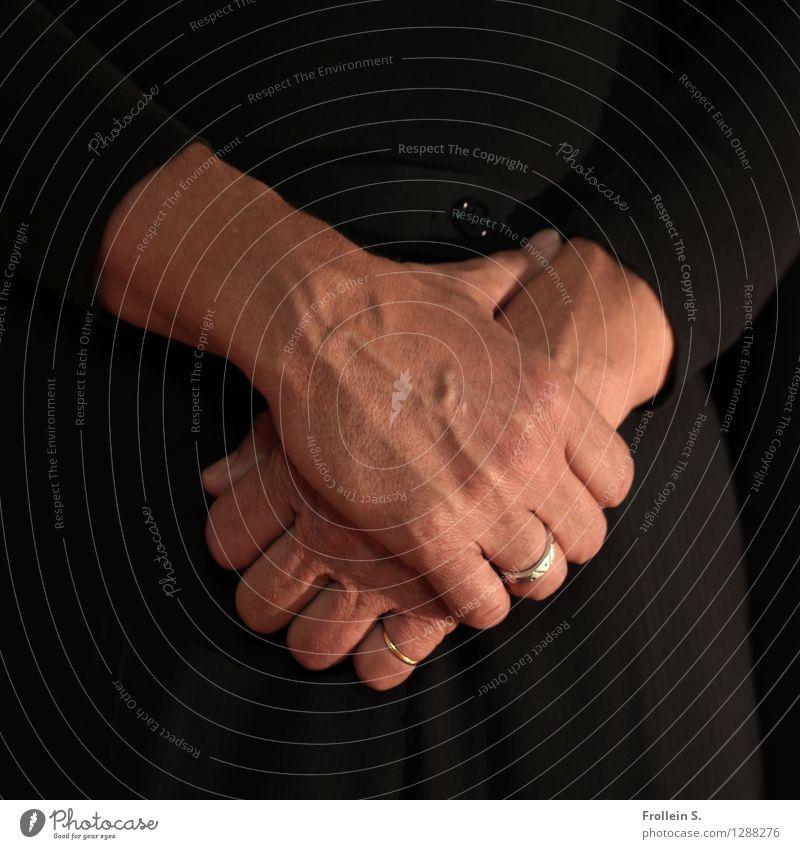 Halten Mensch Mann Hand Einsamkeit ruhig Erwachsene maskulin Zufriedenheit ästhetisch authentisch 45-60 Jahre Gold Finger Pause Trauer festhalten